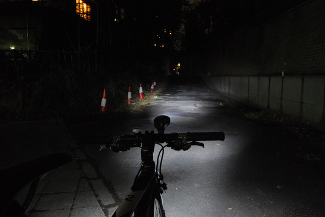 ドゥサン 自転車用LEDヘッドライト 明るさ250ルーメン 照射イメージ