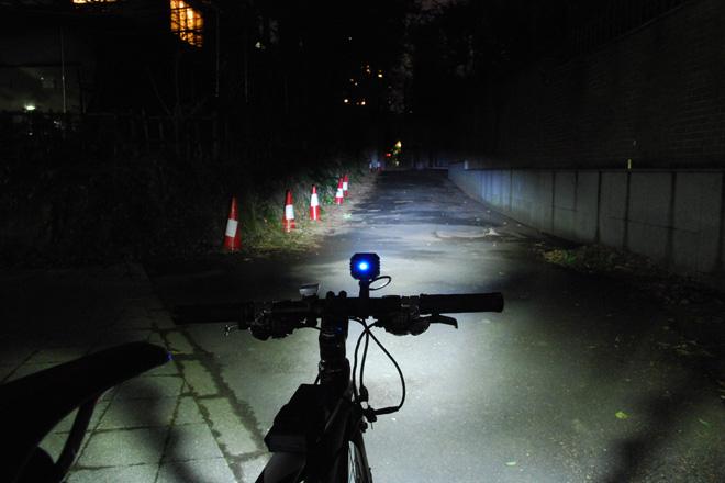 ドゥサン 自転車用LEDヘッドライト バッテリー別体型 明るさ400ルーメン 照射イメージ