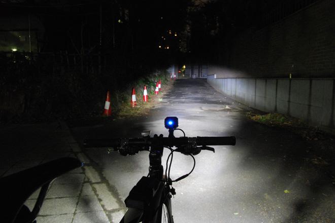 ドゥサン 自転車用LEDヘッドライト バッテリー別体型 明るさ600ルーメン 照射イメージ